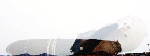 韩沉船船体转向移动工作完成准备扶正