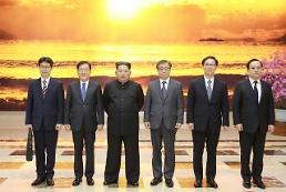 .韩总统特使团与金正恩合影.