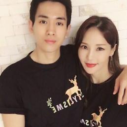 .韩性感歌手米娜与小17岁男友修成正果 今年将结婚.