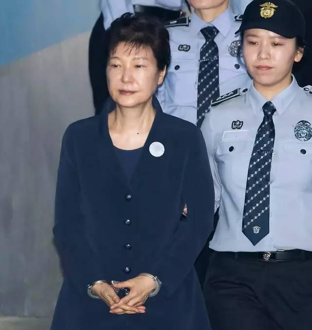 朴槿惠遭弹劾一周年 新政府致力革除积弊