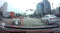 [보배드림영상] 헬맷도 안쓴 오토바이가 갑자기…