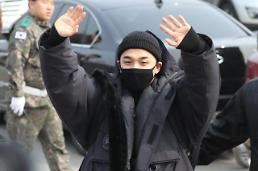 .Bigbang太阳今日入伍 挥手向送行粉丝致意.