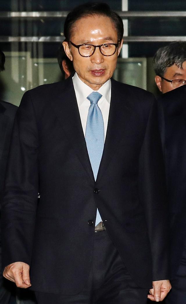 检方最早月底起诉李明博 8成民众要求对其严惩