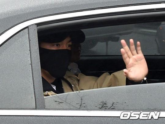 李敏镐接受基础军事训练 向粉丝挥手致意