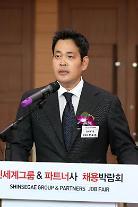 [단독] 정용진, 年 1만명 '일자리 창출' 약속 꼭 지킨다