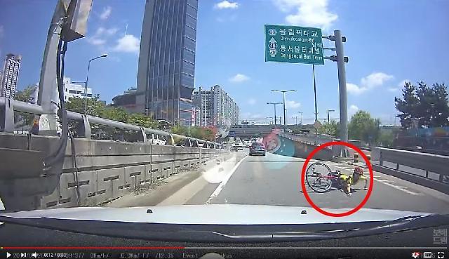 [보배드림영상]갑자기 튀어나온 자전거에 그만…