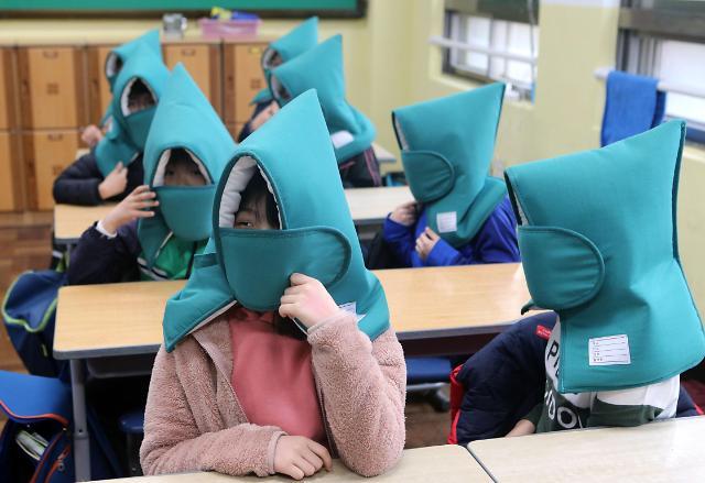 韩国举行防震演练 小学生头戴安全帽可爱到爆