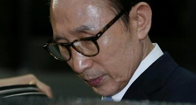 검찰, MB 구속영장 청구…110억대 뇌물 등 혐의