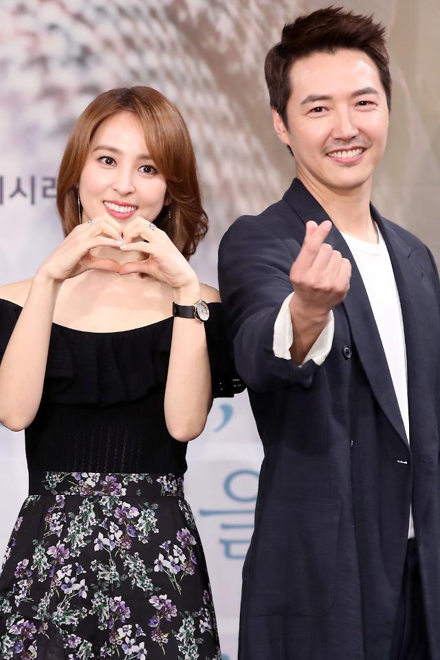 韩惠珍与尹尚贤出席新片发布会