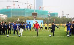 .文在寅总统也爱踢足球.