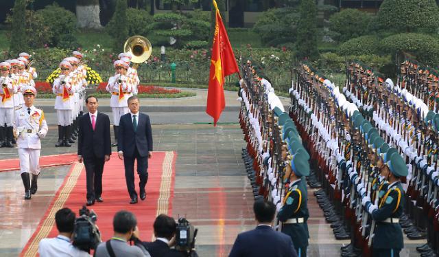 文在寅与陈大光共同检阅越南仪仗队