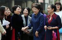 김정숙 여사, 꽝 주석 부인과 베트남 민족학 박물관 관람