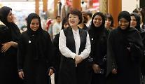 김정숙 여사, 모하메드 왕세제 모친 파티마 여사와 오찬·아부다비 전통시장 방문