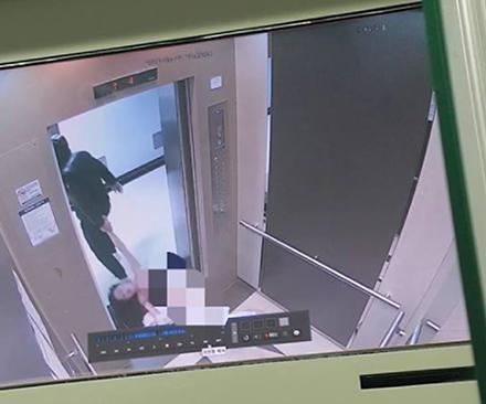 女大学生被男友施暴 电梯内赤身裸体被打至昏迷