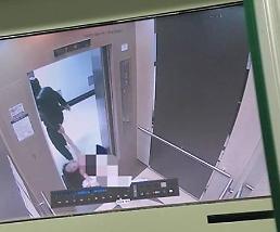 .女大学生被男友施暴 电梯内赤身裸体被打至昏迷.