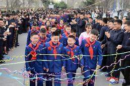 .朝鲜各地小朋友迎接新学期.