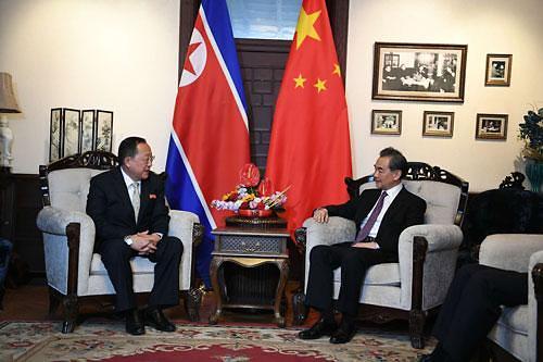 中国外交部长王毅会见朝鲜外相李勇浩