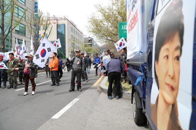 朴槿惠的支持者举行大规模集会