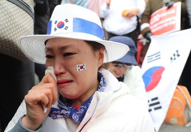 朴槿惠被判重刑 支持者痛哭流涕