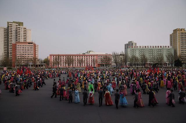 朝鲜举行大规模舞会 纪念金正日当选国防委员会委员长25周年