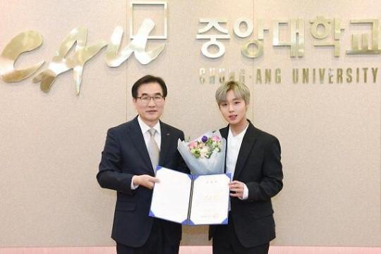 Wanna One朴志训成中央大学建校百年宣传大使