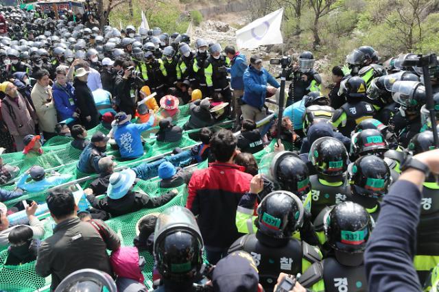 萨德基地民众与警方对峙 阻挡建材运入