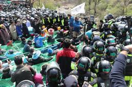 .萨德基地民众与警方对峙 阻挡建材运入.