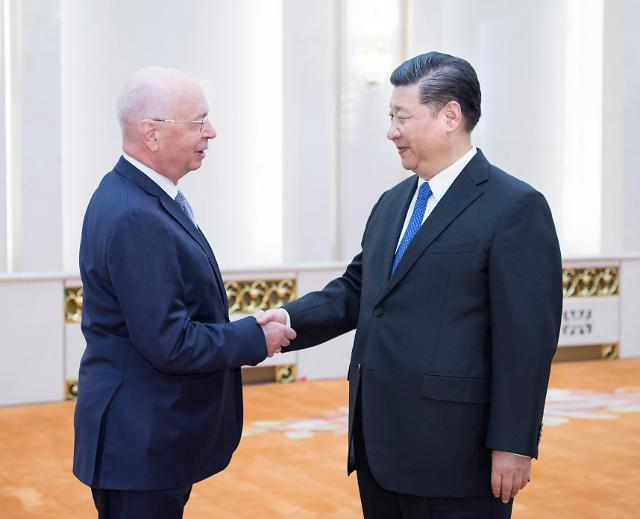 [중국포토] 슈바프 만난 시진핑, '보호무역 맞서야, 개방의 길로'