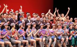 .金正恩夫妇观看中国艺术团演出《红色娘子军》.