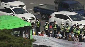 [포토] 예상못한 출근길 행진에 가로막힌 버스