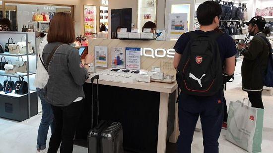 中国代购又在免税店排长龙 这次买的是什么?