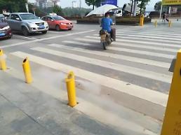 [영상중국] 무단횡단하다 물벼락 맞은 중국인