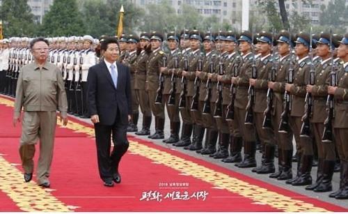 韩军列仪仗队奏阿里郎欢迎金正恩入境
