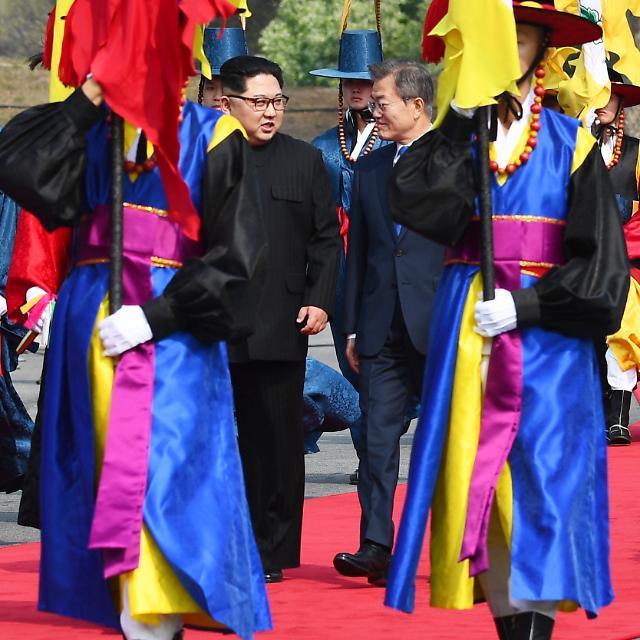 韩朝首脑检阅仪仗队