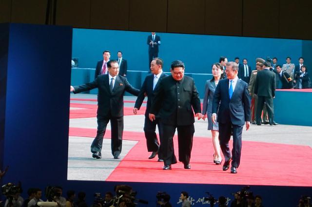 """韩朝首脑会谈小插曲:""""无关人等让开!红地毯我俩走!"""""""