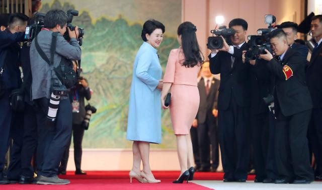 韩朝第一夫人相谈甚欢