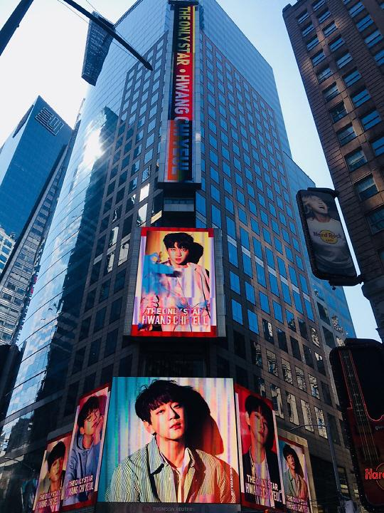 厉害了!黄致列登上纽约时代广场 展示韩国抒情王子风采