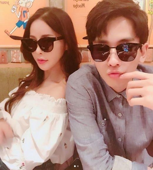 发狗粮!性感歌手Mina与未婚夫的日常约会照曝光
