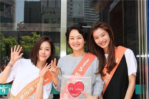 演员裴宗玉韩志旼等5日为贫困儿童进行街头募捐