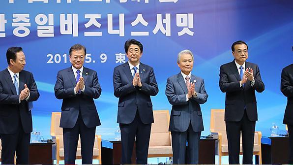 韩中日工商峰会东京举行 三国企业家大谈合作