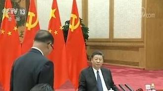[중국포토] 앉아서 北 노동당 친선 참관단 인사받는 시진핑