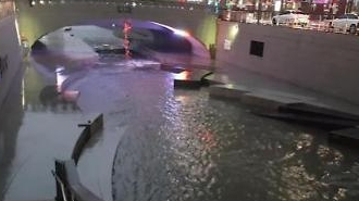 [아주동영상]폭우 쏟아지는 청계천, 침수 위기 고조... 출입 통제로 사람 없어