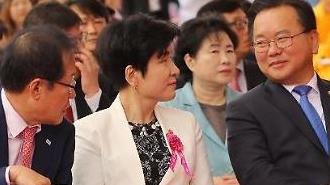 [포토] 인기만점 김부겸 행정안전부 장관