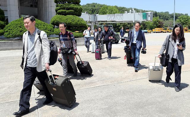 韩国记者团启程赴朝采访