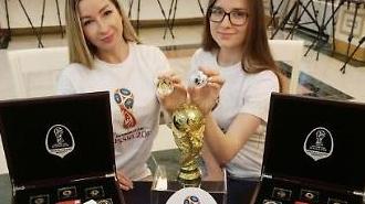 [포토] 러시아 모델들이 소개하는 2018 FIFA 러시아 월드컵 기념주화