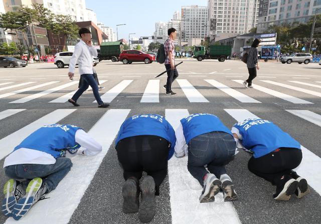 韩国地方选举 候选人下跪磕头求选票 路人视而不见
