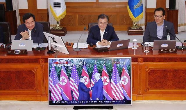 文在寅总统收看朝美首脑会谈直播 笑容满面