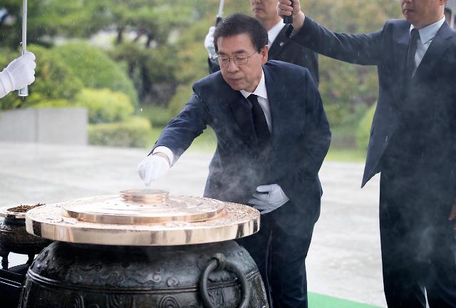 首尔市长朴元淳拜谒显忠院