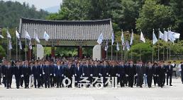 김영록 전남지사 당선인 5·18묘역 참배…전남발전 온 힘 쏟겠다