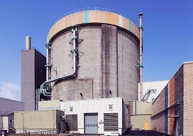 .Nuclear power plant operator agrees to shut down old reactor.